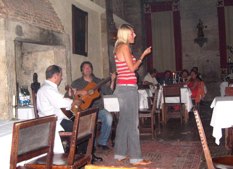 2006-08 Daisy wordt begeleid door Jorge Fernando in een fado restaurant in Lissabon