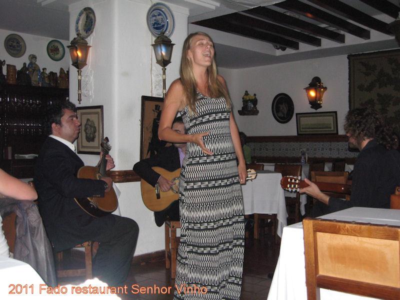 2011-07-30 Daisy in fado restaurant Senhor Vinho Lissabon