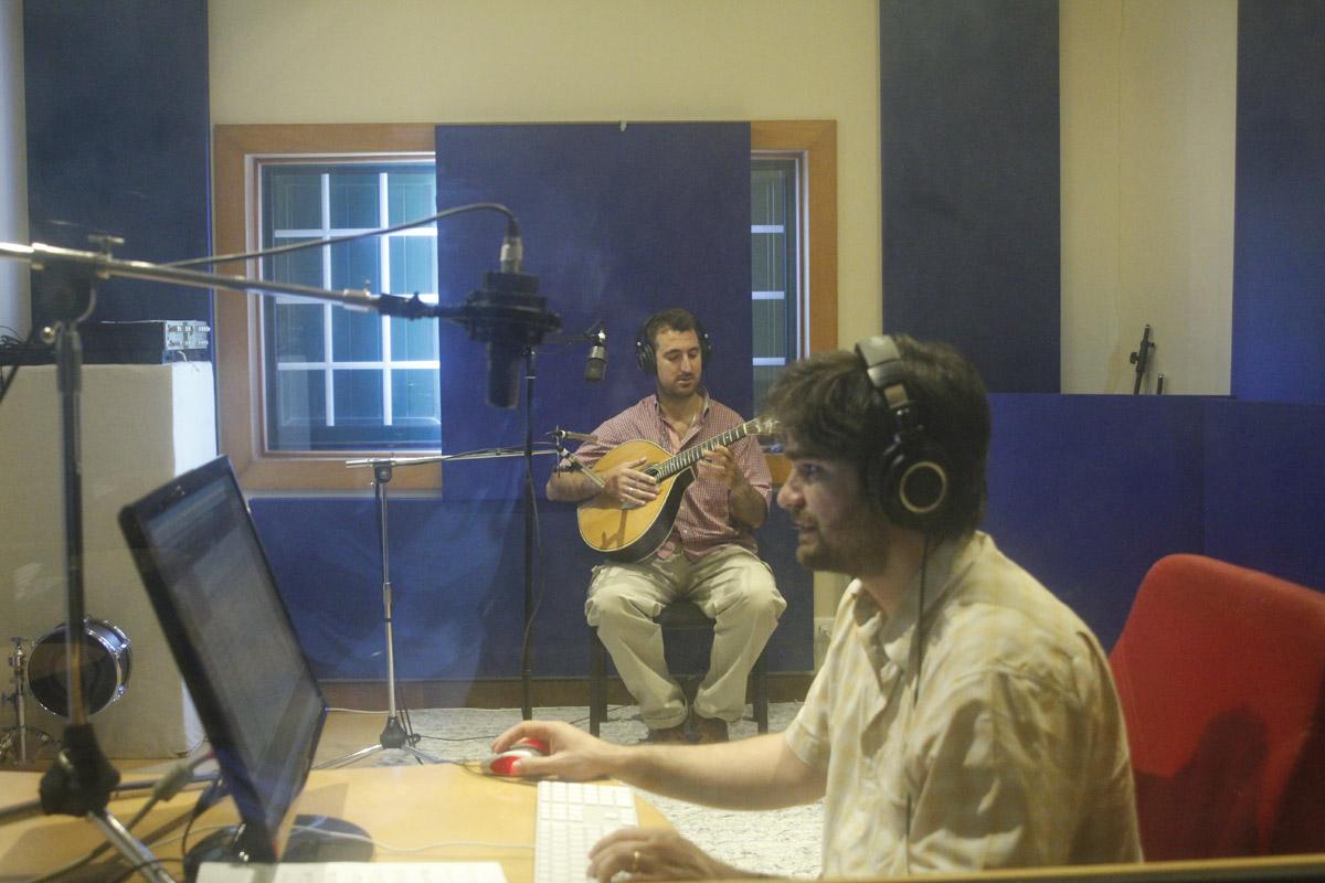 2013-07-23 Hugo Afonso en producer Tiago Machado in Estudios Pé de Vento in Portugal