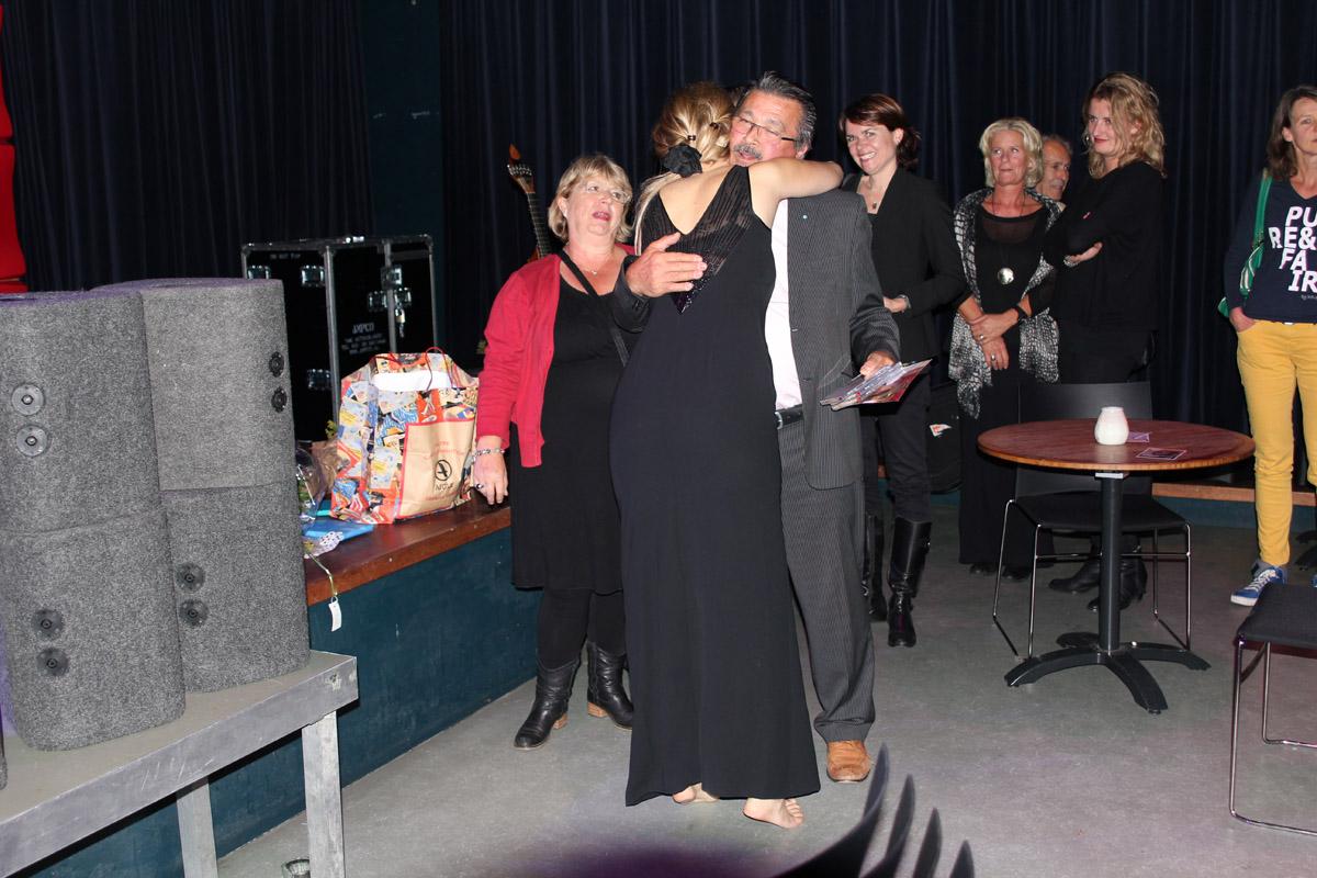 2013-09-30 Na afloop omhelzing van haar mentor van het voortgezet onderwijs