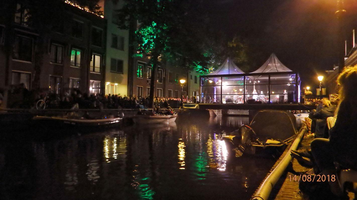 2018-08-14 Ook achter het podium was de kade vol met publiek door Hein Groen